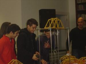 A ponte dos alunos Bernardo Alves, Brígida Conduto, David Silva e João Palinhos conseguiu suportar a uma carga de 13,9 kg.