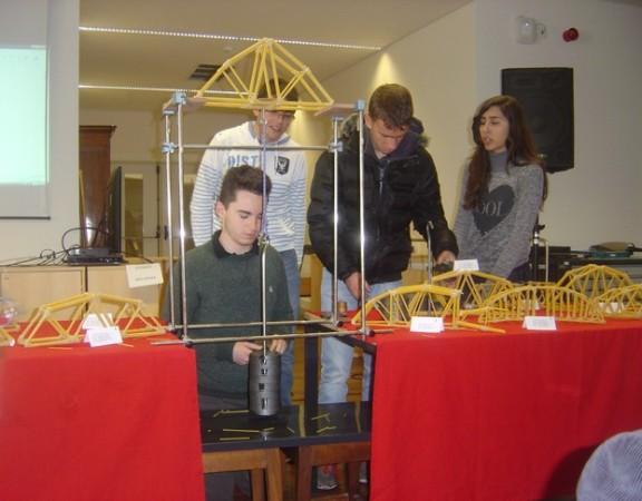 Um grupo de alunos a efetuar o ensaio de carga da sua ponte.